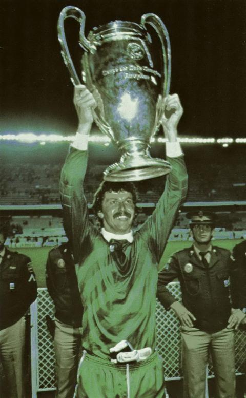 Helmut Duckadam (Steaua Bucureşti) ridicând Cupa Campionilor Europeni în 1986; un portar de talie internaţională