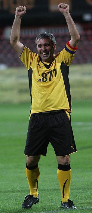Gheorghe Hagi bucurându-se pe terenul de fotbal, Maradona din Carpaţi, mijlocaş ofensiv român, Galatasaray, Barcelona, Real Madrid, Steaua Bucureşti, România, golgheter