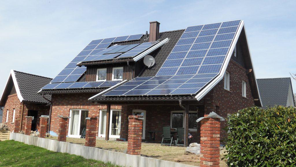 Casă cu panouri fotovoltaice