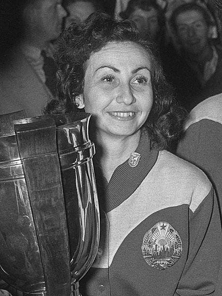 Angelica Rozeanu ţinând în mână Cupa Mondială din 1955, jucătoare de tenis de masă de talie internaţională, una din cele mai bune jucătoare de tenis de masă, România