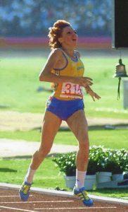 Doina Melinte alergând în 1984, alergătoare română de talie internaţională, medaliată olimpică şi mondială