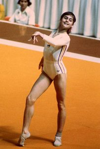 Nadia Comăneci concurând la sol la Olimpiada din 1976