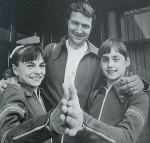 Antrenorul de gimnastică Béla Károlyi şi două gimnaste Nadia Comăneci şi Teodora Ungureanu