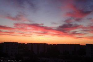 Răsărit de soare urban printre blocuri în Bucureşti